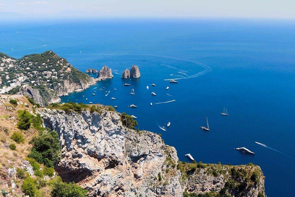 Panorama del mare di Capri con vista sui Faraglioni