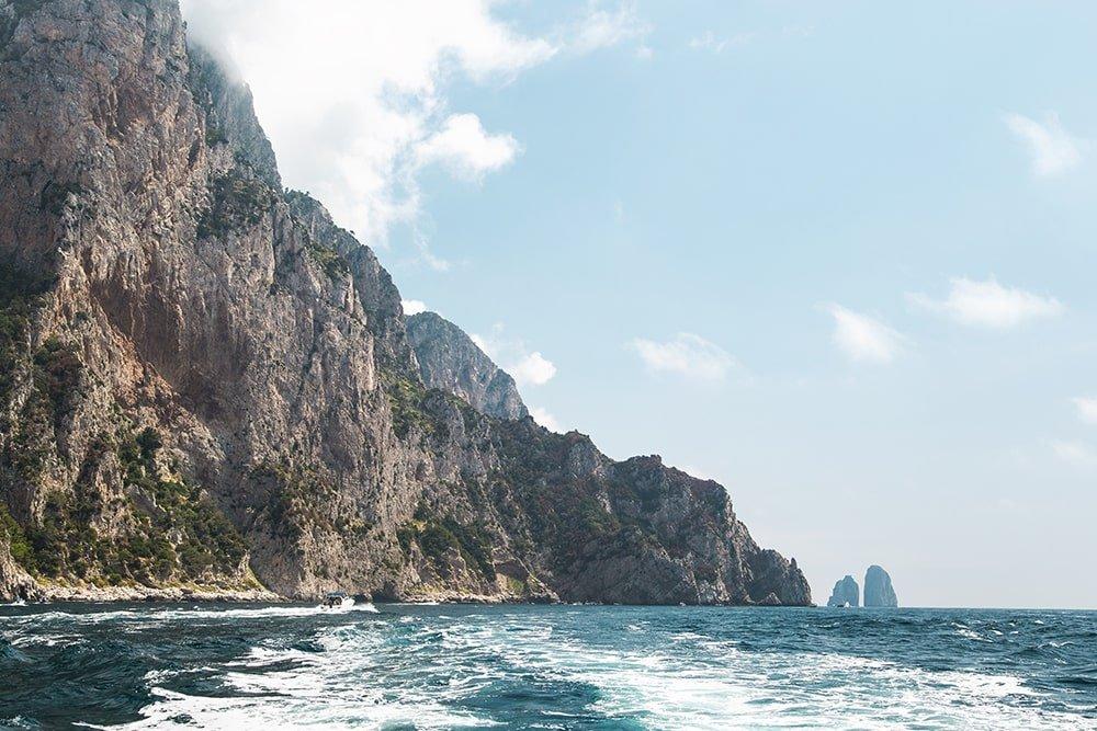Faraglioni in lontananza visti dalla costiera Sorrentina