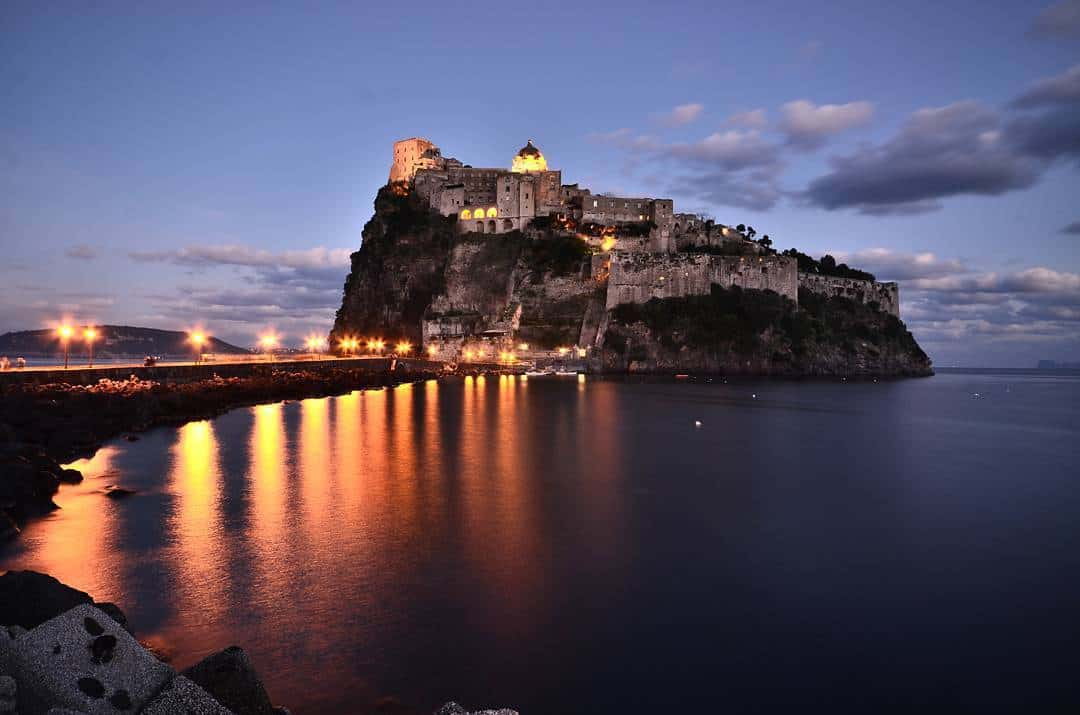 Ischia di sera veduta castello Aragonese
